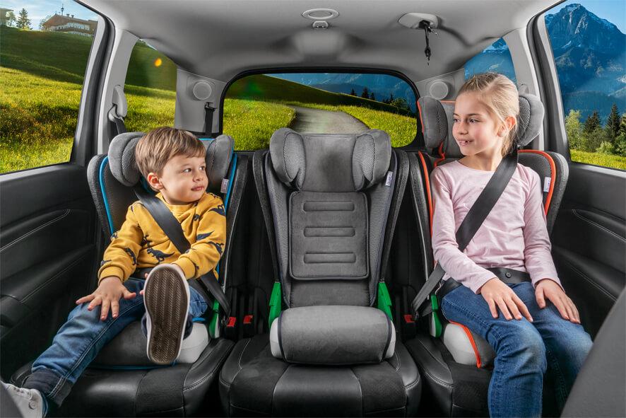 i-Size Beispiel: drei Kindersitze passen nebeneinander